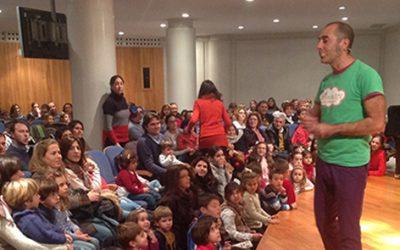 Los niños de Huelva acuden a Caja Rural del Sur a entregar sus juguetes usados y a disfrutar del cuentacuentos 'Peter Pan'