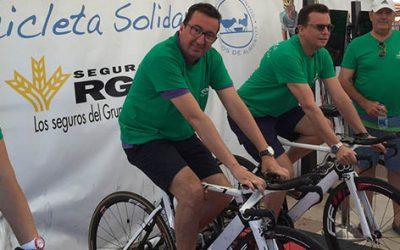 Más de 2.500 kilos de alimentos logra la 'Bicicleta solidaria' de Caja Rural del Sur la playa central de La Antilla