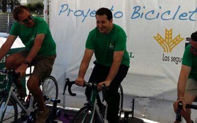 """La """"Bicicleta Solidaria"""" de Caja Rural del Sur y Seguros RGA llega en la playa de Valdelagrana a los 1.047 kilómetros solidarios para el Banco de Alimentos"""