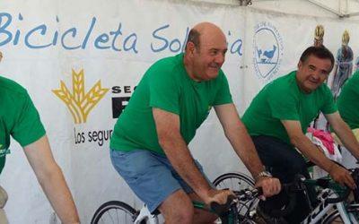 Muchos veraneantes de La Antilla participan en la 'Bicicleta solidaria' de Caja Rural en favor del Banco de Alimentos