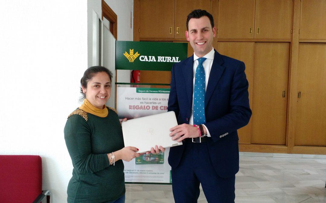 Premio para una cliente de Caja Rural del Sur en Estepa, en la campaña de activación de usuarios de ruralvía
