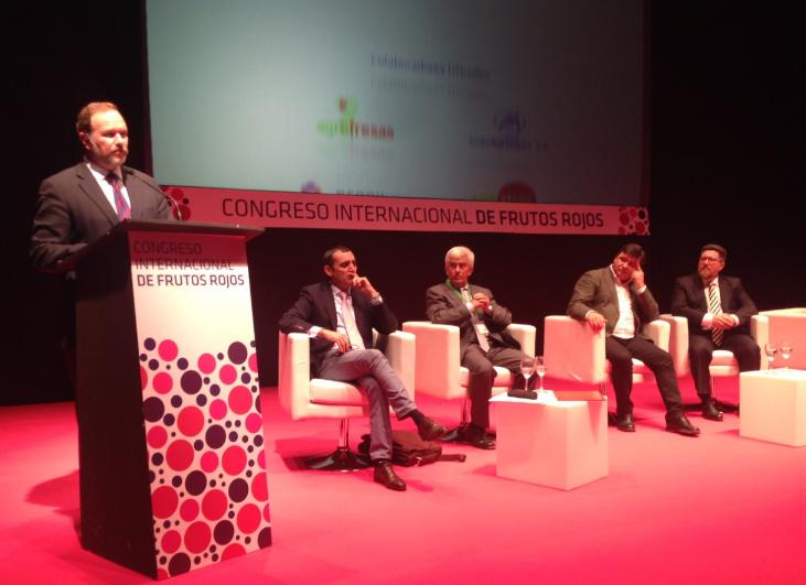 El presidente de Caja Rural del Sur muestra el compromiso con todo el sector en el Congreso de los Frutos Rojos