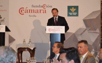 El presidente de Caja Rural del Sur presenta al presidente de la CNMV en el foro empresarial de la Cámara de Comercio de Sevilla
