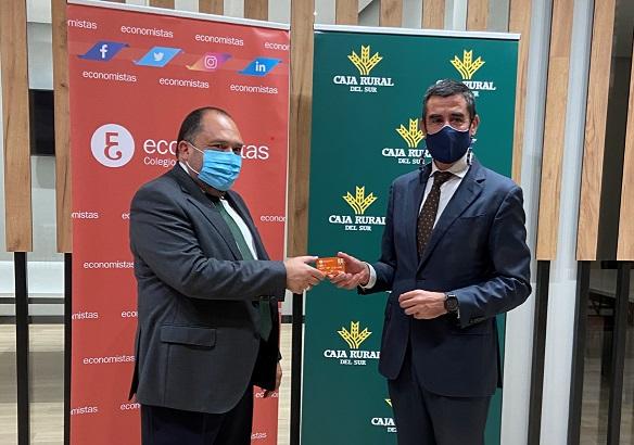 Caja Rural del Sur entrega al Colegio de Economistas de Sevilla el carnet/tarjeta de colegiado emitido por la entidad